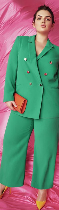 See examples of totally harmonious mis-matched outfits. I'm digging this trend. Colour Blocking Fashion, Color Blocking Outfits, Older Women Fashion, Fashion For Women Over 40, Chic Outfits, Fashion Outfits, Fashion Tips, Fashion Trends, Fasion