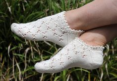 Mouches - pattern in english, german and russian - Susanne Reese tolle Sneakers . : Mouches – pattern in english, german and russian – Susanne Reese tolle Sneakers – hab ich schon getestet! Lace Socks, Crochet Socks, Knitted Slippers, Knitting Socks, Knit Crochet, Knit Socks, Knitted Socks Free Pattern, Ankle Socks, Knitting Patterns Free