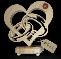 Einzigartige und persönliche Geschenke aus Holz zur Hochzeit. Ein Geschenk zur Hochzeit für das Brautpaar ist immer so eine Sache… Meistens sollten Hochzeitsgeschenke außer Kreativ auch noch selbst gemacht sein. Mit unseren Herzen aus Zirbenholz liegen Sie immer genau richtig, welches Brautpaar würde sich nicht über so ein Zirbenholzgeschenk in echter Handarbeit freuen? Geschenke aus Zirbenholz zur Hochzeit! Hochzeitsgeschenke und bezaubernde Geschenkideen für das Brautpaar