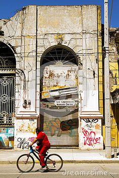 Mercado central de Talca a 5 años del terremoto del 2010. El edificio está en ruinas, en completo abandono.2010 2015 #abandono #bicicleta #calle #central #chile #ciclista #completo #crush #destrucción #edificio #histórico #maule #mercado #portal #rallados #roído #ruinas #soleado #talca #terremoto #urbano #verano #vereda