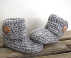 Super leuke gehaakte baby slofjes met houten knoop. Crochet Boots Pattern, Baby Booties Free Pattern, Crochet Baby Boots, Crochet Baby Sandals, Knit Baby Booties, Crochet For Boys, Crochet Clothes, Baby Socks, Baby Hats