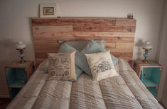 respaldo de cama en madera reciclada con patas
