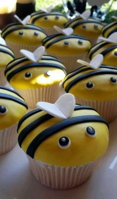 21 Cupcake Ideas Your Kids Will Gobble Up In Two Seconds Flat cupcakes anniversaire decoration licorne noël recette recipes cupcakes Bumble Bee Cupcakes, Kid Cupcakes, Cupcake Cookies, Birthday Cupcakes, Cupcake Ideas Birthday, Cute Cupcake Ideas, Bee Birthday Cake, Childrens Cupcakes, Ideas Para Fiestas