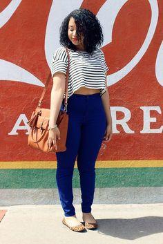 Mitos e verdades: A calça skinny é só para as magrinhas? Aqui a skinny com a cropped em um look jovem e casual, em tom escuro suavizando quadril e levando a atenção para a blusa listrada.