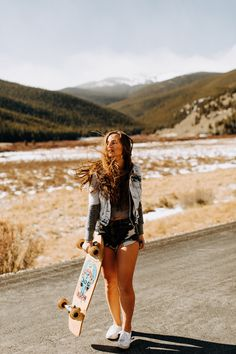 Skateboarding portrait session up on Guanella Pass with Memory! Poses For Pictures, Picture Poses, Girl Pictures, Cute Photo Poses, Skateboard Pictures, Skateboard Girl, Tumblr Skate, Snowboard Girl, Skate Girl