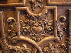sagrado corazon, madera tallada en una de las puertas de acceso a la catedral
