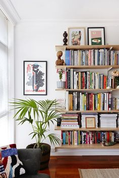 Such simple shelves but so great Melbourne Home · Tristan Ceddia and Adriana Giuffrida #BooksShelf