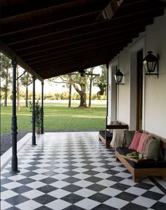 The combination of two contrasting colors of tiles in straight or diagonal lines, black and white, red and yellow are two classic designs in the Argentinas field houses of mid twentieth century. Village House Design, Village Houses, Deco House, Home Deco, Outdoor Rooms, Outdoor Living, Exterior Design, Interior And Exterior, Patio Tiles