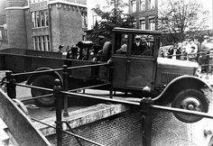 De Oudegracht 1948: Een vrachtauto is bijna van de Jansbrug geraakt. Op de achtergrond (L) het Hoofdpostkantoor