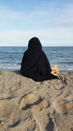 Muslim Couple Photography, Beach Photography, Cute Poses For Pictures, Cool Girl Pictures, Arab Girls Hijab, Muslim Girls, Hijab Niqab, Mode Hijab, Hijabi Girl