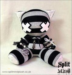 Diy Plush Toys, Plush Dolls, Creepy Toys, Creepy Cute, Kawaii Plush, Cute Plush, Creepy Stuffed Animals, Gothic Dolls, Voodoo Dolls