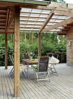 SMART UTEPLASS: Terrassen er hyppig i bruk. Den er overbygget mellom to bygningskropper med pergola som tak. Det gir godt dagslys ned på det som er blitt en populær uteplass Outdoor Rooms, Outdoor Decor, Backyard Patio Designs, Wooden Tops, Real Wood, Garden Inspiration, Gazebo, Exterior, Outdoor Structures