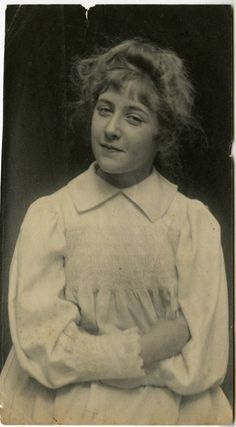 Agatha Christie - Unfinished Portrait: Unseen And Rare Photographs Of The 'Queen of Crime' - Flashbak