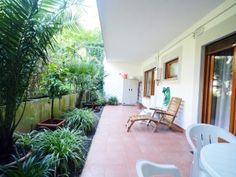 Delizioso bilocale con giardino pavimentato, in vendita a via Tomba di Nerone. Con 45 metri quadri di interni e 36 di esterni, l'appartamento è spazioso ma proiettato nel verde del cortile e del Parco dell'Insugherata.