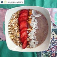 Les dejamos una deliciosa receta para el desayuno de @mentayjengibre #Repost @mentayjengibre with @repostapp ・・・ Desayunito de campeones   Base de yogurt natural con plátano y MaquiBerry (todo esto se mezcla en la minipimer) + 1/3 taza de muesli + 2 frutillas grandes + 5 almendras + coco en láminas   Estaba exquisito, maravilloso  De verdad de los mejores desayunos, se los recomiendo mucho !!  Opción vegana: en vez de yogurt puedes ocupar un poquito de leche vegetal o...