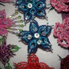 Flor en tonos turquesa y azul oscuro y cristales tornasoles