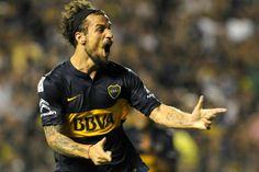 Daniel Osvaldo debutó con un gol y prolongó la fiesta de Boca, que sigue ganando En la Bombonera, el delantero hizo el tanto del triunfo por 2-1 ante Montevideo Wanderers, por la Copa Libertadores; Komar había abierto el marcador