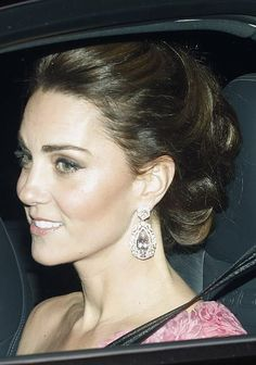 This evening the Duke and Duchess of Cambridge joined the royal family to celebrate Prince Charles' birthday with a glittering black-tie dinner hosted by the Queen at Buckingham Palace. Kate wore a pink one-shoulder Estilo Kate Middleton, Kate Middleton Style, Prince William And Kate, William Kate, Princesa Kate Middleton, Kate And Meghan, Princess Charlotte, Princess Katherine, Royal Princess
