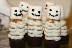 An easy halloween treat to please all the kiddos! Pro tip: buy the cupcakes. Fun Halloween snack ideas for kids, kids Halloween party ideas Dessert Halloween, Soirée Halloween, Halloween Goodies, Halloween Food For Party, Halloween Birthday, Holidays Halloween, Halloween Decorations, Halloween Buffet, Halloween Recipe