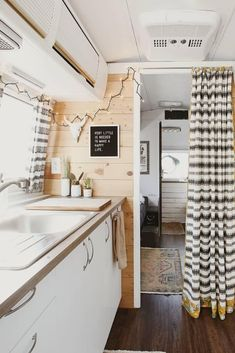 Latest Photos Airstream Interior office Tips There are numerous those who delight in travelling but dislike spending its money inn rooms. From time to time this can Airstream Remodel, Airstream Renovation, Airstream Interior, Trailer Remodel, Bus Living, Tiny House Living, Caravan Makeover, Bus House, Living Vintage