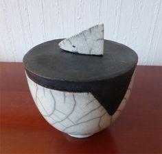Raku Dose, weiss-schwarz von Raku-Eule auf DaWanda.com