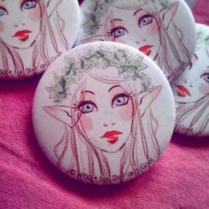 Des badges dédié à ma grande cousine qui va bientôt ce marier ! <3  #mariage #illustration #badges #pins #wedding #love #ceremonie #elf #elfe #pink #lierre #artist #pixie #art by pixie.pucks