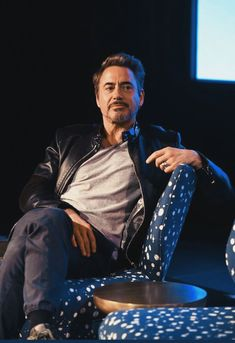 When you see a beautiful guy but then realise u can't have them :( Marvel Tony Stark, Iron Man Tony Stark, Robert Downey Jr Young, Hero Marvel, Iron Man Avengers, I Robert, Super Secret, Imaginary Boyfriend, Marvel Actors