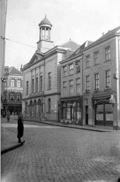 """De voorgevel van de StadsschouwBurg, aan de Oud Stadsgracht, rechts het Hotel """"St. Chrispinus"""" links op de achtergrond Café """"Burchtpoort"""", aan de Lange Burchtstraat, gezien vanaf de Oud Stadsgracht, in ca. 1934"""