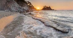 Fotografía amanecer en cala Belladona, Costa Brava. Panorámica HDR de 6. Total 24 tomas Costa, Hdr, Natural, Beach, Water, Outdoor, Calla Lilies, Scenery, Places
