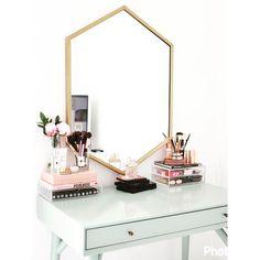 Mesa de Maquiagem linda, com espelho em moldura dourada e com detalhes em cor de rosa e preto. Veja mais em @marisasantina www.marisasantina.com.br