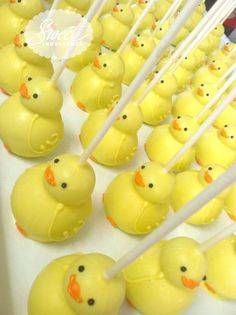 Ducky Duck Cake Pops - So cute! Perfect for Duck Baby Shower Theme Baby Shower Duck, Rubber Ducky Baby Shower, Baby Shower Cakes, Baby Showers, Rubber Ducky Party, Bridal Showers, Rubber Duck Cake, Paletas Chocolate, Chocolate Cake