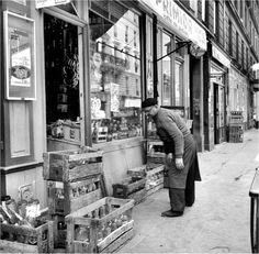 L'épicier de la rue Crozatier, Paris 1955.