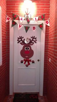 Budget Friendly Christmas Decorations - Hike n Dip In case you are thinking about easy and cheap Christmas Decorations, then here I have collected Budget Friendly Christmas Decorations to help you do so Snoopy Christmas, Office Christmas, Cheap Christmas, Rustic Christmas, Simple Christmas, Christmas Ideas, Christmas Makeup, Christmas Images, Merry Christmas