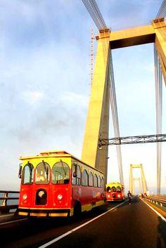 Tranvía turístico en El puente General Rafael Urdaneta. Maracaibo, Venezuela