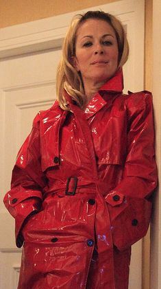 """""""I know what's going through your mind right now!"""" I want to get inside her coat! Girls Raincoat, Red Raincoat, Vinyl Raincoat, Plastic Raincoat, Rain Slicker Womens, Rain Fashion, Women's Fashion, Yellow Coat, Latex"""