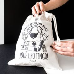 Bolsa de viaje - ¡qué guapa soy, qué tipo tengo! #tiendasocial #discapacidadintelectual #yosíquesé #bolsaviaje #accesoriosdeviaje #diseñográfico #arteconalma #viaje #maleta