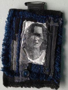 Creación de Bobo Ethno Chic, joya textil en una joya de la ropa. Mesa en un…