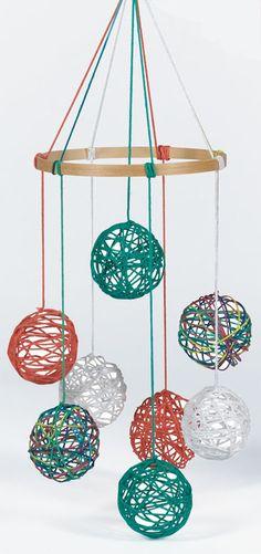 糸のボールを吊るしてモビールに。刺繍枠を使っています。