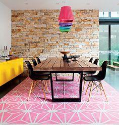 Chão rosa, aparador amarelo, lustres coloridos. Quando você imaginou que essa mistura ficaria tão harmoniosa como neste projeto?