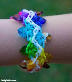 Zipper Rainbow Loom band bracelet with heart beads by Party Tailor  - Original design tutorial by fellingspiffy: https://www.youtube.com/watch?v=Uai5k0m_UkI