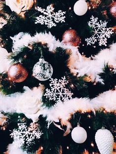 christmas aesthetic Just need to get a white feather garland for the tree and this is pretty much ours! Without the rose gold! Only white silver and gold with small hints of red! Christmas Feeling, Christmas Time Is Here, Merry Little Christmas, Noel Christmas, Christmas 2019, Winter Christmas, Christmas Cookies, Xmas, Christmas Ornament