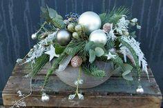 Kerststuk Winter Floral Arrangements, Christmas Flower Arrangements, Christmas Flowers, Winter Christmas, Christmas Holidays, Christmas Wreaths, Christmas Crafts, Ramadan Decorations, Christmas Table Decorations