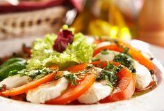Caprese salad is a classic Italian salad. It is a tomato basil salad with slices of fresh mozzarella cheese and rich olive oil. Mozzarella Caprese, Fresh Mozzarella, Caprese Salad, Caprese Recipe, Tomato Basil Salad, Italian Salad Recipes, Beet Hummus, Scalloped Potato Recipes, Cheese Lover
