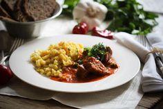 Ungarisches Saftgulasch mit Spätzle ist kein Gericht, dass man üblicher Weise mit veganer Küche verbindet. Doch mit Hilfe von Seitan ist es kein Problem ein deftiges, schmackhaftes Gulasch zu zaubern, das vom ursprünglichen Originalgericht kaum zu unterscheiden ist. Sicherlich gibt es viele Vegetarier und Veganer, die es gerade aus diesem Grund nicht mögen. Wer aber …