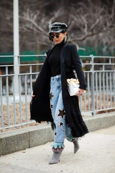 The Best Street Style Looks From New York Fashion Week Fall 2018 - Fashionista Top Street Style, New York Fashion Week Street Style, Nyfw Street Style, Street Style Trends, Autumn Street Style, Cool Street Fashion, Star Fashion, Fashion Outfits, Fashion Trends