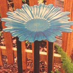 Homemade bird bath using a fun plate or platter! (from Birds and Blooms magazine) Garden Yard Ideas, Lawn And Garden, Garden Projects, Garden Art, Art Projects, Homemade Bird Houses, Garden Bird Feeders, Diy Bird Bath, Garden Oasis