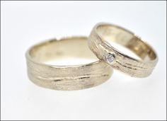 Trouwringen | Juweliers Claessens Trouwringen in 18kt champagne goud bezet met een briljant. Structuur van de ringen zijn ruw.