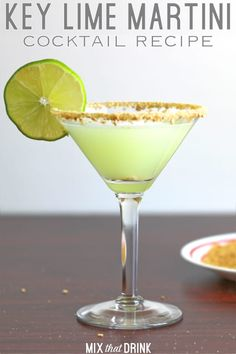 The Key Lime Martini drink recipe blends vanilla vodka with the flavors of key lime and coconut. It uses crushed graham crackers for the rim makes it taste like key lime pie. This is one of the best cocktails for parties! Vodka Martini, Key Lime Pie Martini, Martini Mix, Martinis, Rose Martini Recipe, Key Lime Pie Shot, Coconut Martini, Martini Flavors, Cocktails For Parties