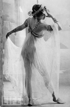 vintage everyday: Mournful Fate of Mata Hari, and 14 Stunning Photos of This Dutch Exotic Dancer, Courtesan and Notorious WWI Spy from Pin Up Vintage, Vintage Glamour, Vintage Girls, Vintage Beauty, Vintage Gypsy, Mata Hari, Burlesque Vintage, Foto Portrait, Foto Real