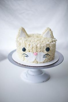 Well heeeeyyyy cat buddy! Aren't you just a fluffy and friendly looking cool little cat! I loved this sweet and cute vanilla buttercream frosted cat cake pal I